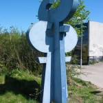 Blå betonskulptur